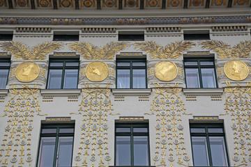Frauenportraits an Häuserfassade und Jugendstil in Wien