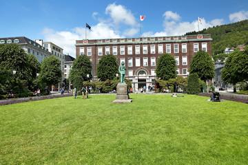 Postamt Bergen mit Edvard Grieg Denkmal