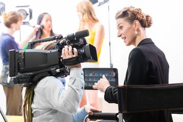 Regisseur gibt Kameramann Anweisung für Film