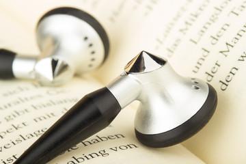 Kopfhörer auf Buchseiten