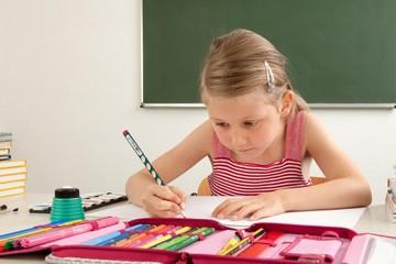Schülerin im Klassenzimmer