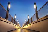 Moderne Fußgängerbrücke bei Nacht - Footbridge at Night - 60214118
