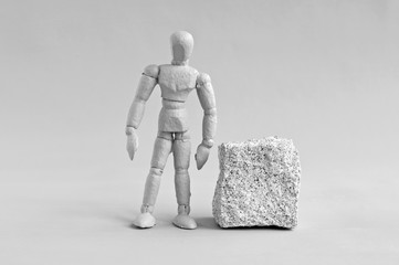 menschliche figur und steinquader