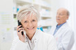 freundliche ältere apothekerin am telefon