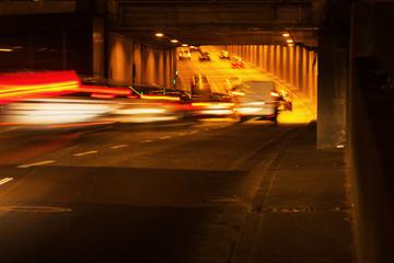 Autoverkehr im nächtlichen Tunnel