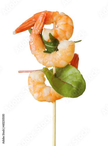 Leinwanddruck Bild Gambas auf Spieß mit Salat