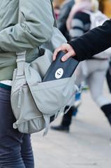 Trickbetrüger stiehlt geldbörse aus handtasche
