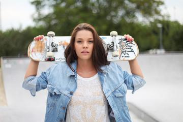 junges Skater Girl in Jeansjacke
