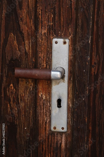 Alte Holztür mit Klinke