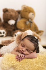 Kleiner Bub schläft auf einem Schaffell