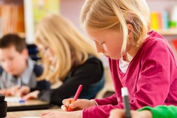 Schüler in der Schule machen Hausaufgaben