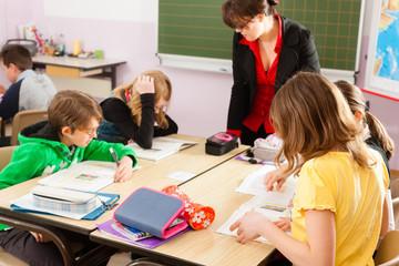 Schüler und Lehrerin lernen an der Schule