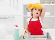 Mała wróżka sprzątanie domu zmęczony obowiązkami