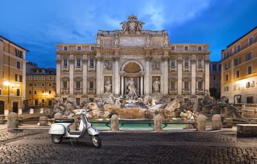 scooter prés de la Fontaine de trevi Rome