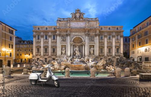 Tuinposter Rome scooter prés de la Fontaine de trevi Rome