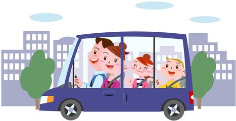明るい家族街中ドライブ