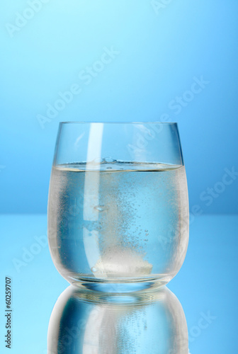Glass with efervescent tablet in water with bubbles