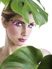 Beauty con ciglia finte rosa e foglie verdi