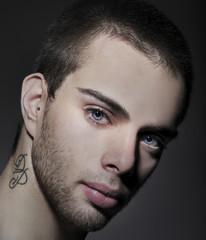 Ritratto di uomo con tatoo sul collo