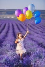 Sourire fille reniflant des fleurs dans un champ de lavande