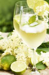"""Cocktail """"Hugo"""" mit Holunderblüten und Limetten"""