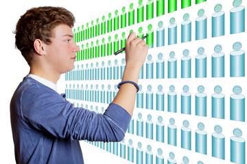 Junger Mann zeichnet Kegel an der Wandtafel