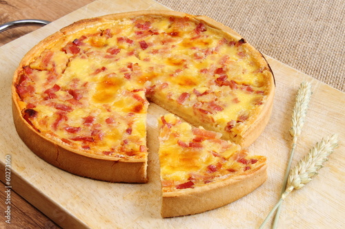 Quiche Lorraine with bacon, cheese and ham - 60273160