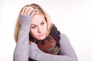 Erkältete Frau hält sich den Kopf - Grippe