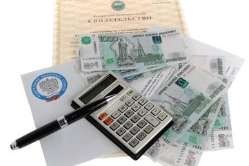 Налоговые документы, калькулятор, деньги, ручка, конверт