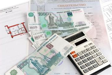 Деньги, калькулятор, свидетельство и план на белом фоне