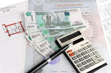Деньги, калькулятор, ручка, свидетельство и план на белом фоне
