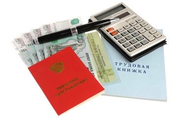 Пенсионные документы, купюры, ручка и калькулятором
