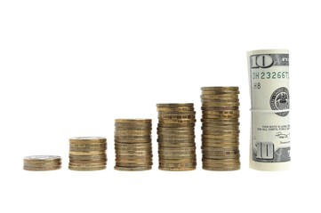 Стопки монет и сверток долларов на белом фоне
