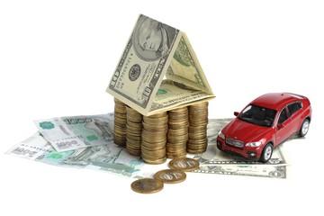Дом из денег и автомобиль на купюрах на белом фоне