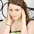 Frau hat Probleme beim Einschlafen wegen Lärm