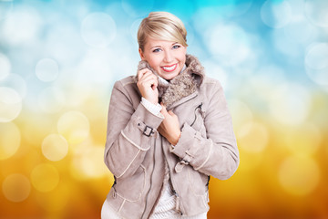 jung blonde Frau vor Frühlingshintergrund
