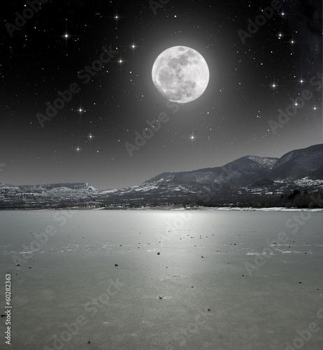 blask-ksiezyca-na-lodem-jeziora