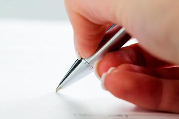 Hand mit Füllfeder bei Unterschrift