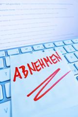 Notiz auf Computer Tastatur: Abnehmen