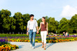 Touristen in Park machen einen Ausflug