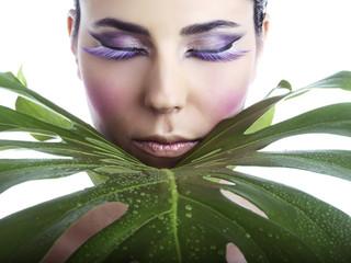 Beauty con make-up e foglia verde