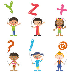 アルファベットの風船を持つ子供達