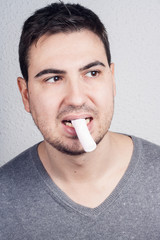 hombre comiendo gominola