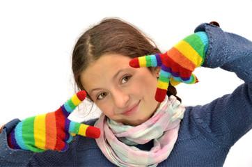 Niña con guantes de colores
