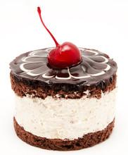 Gâteau au chocolat avec cerise sur la cerise sommet isolé sur un fond blanc