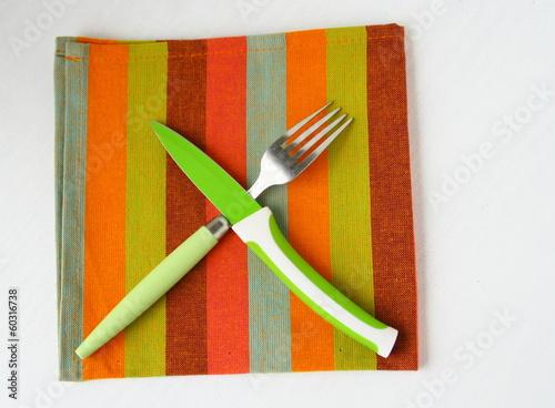 couverts de table sur serviette de couleurs
