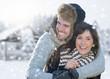 glückliches pärchen im winter