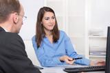 Beratungsgespräch: Berater einer Bank und Kunde im Büro