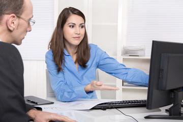 Kommunikation im Büro - Kundenberater und Kunde