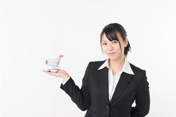 ショッピングカートを持った女性ビジネスマン